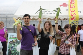 PR Ambassadors Sam, Natalia and Judith picked the three largest sweetcorns!